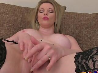 UK Stocking clad MILF gives oral feast